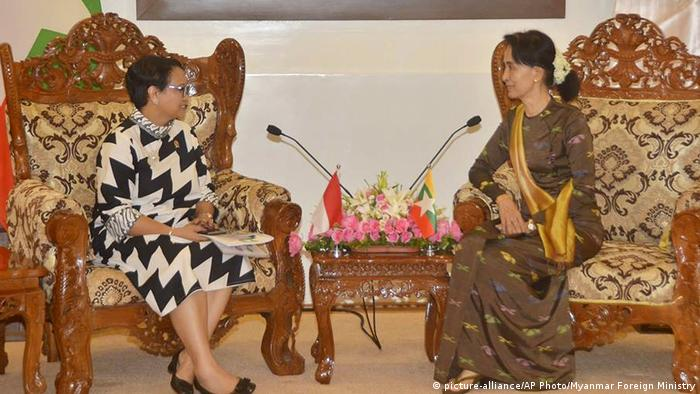 Myanmar Indonesien Retno Marsudi bei Aung San Suu Kyi (picture-alliance/AP Photo/Myanmar Foreign Ministry)