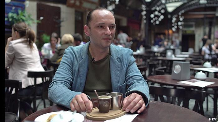 Богдан Сегін у львівській кав'ярні, де він також може і усамітнитись