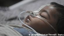 Indien Uttar Pradesh Krankenhaus Kind mit Sauerstoffmaske