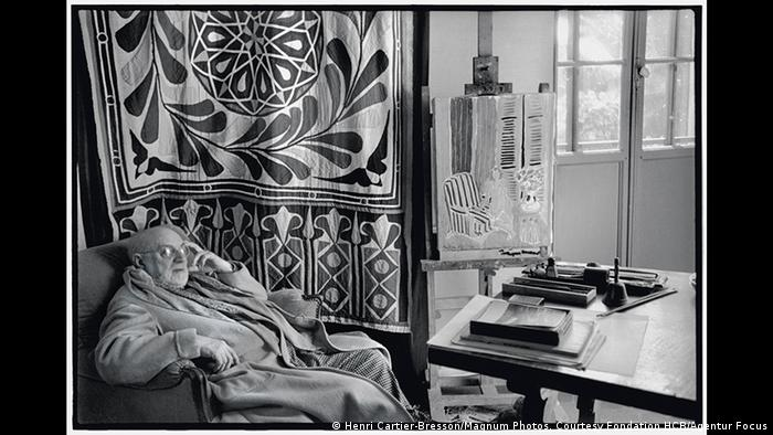 Cartier-Bresson also frequently visited Matisse in his studio in nearby Vence, and took many photos of the painter, often in quite private settings. Here, the famous artist has been snapped in his bathrobe while relaxing at home. The black-and-white photo was also taken in 1944 (Henri Cartier-Bresson/Magnum Photos, Courtesy Fondation HCB/Agentur Focus)