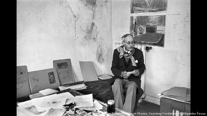 Pierre Bonnard sitzt umgeben von Bildern und Zeichnungen auf einem Stuhel (Henri Cartier-Bresson/Magnum Photos, Courtesy Fondation HCB/Agentur Focus)