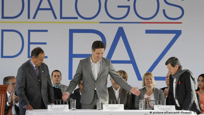 Ecuador Quito - Friedensgespräche mit Ecuadors Außenminister Guillaume Long, ELN Repräsentant Pablo Beltran und Kolumbien Repräsentant Juan Camilo Restrepo (picture-alliance/AP Photo/D. Ochoa)