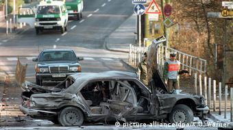 Deutschland - Polizeibeamte stehen am Wrack der Herrhausen-Limousine in Bad Homburg 1989