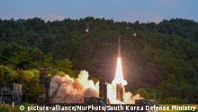 04.09.2017 In this photo provided by South Korea Defense Ministry, South Korea's Hyunmoo II ballistic missile is fired during an exercise at an undisclosed location in South Korea, Monday, Sept. 4, 2017. In South Korea, the nation's military said it conducted a live-fire exercise simulating an attack on North Korea's nuclear test site to strongly warn Pyongyang over the latest nuclear test. Seoul's Joint Chiefs of Staff said the drill involved F-15 fighter jets and the country's land-based Hyunmoo ballistic missiles. The released live weapons accurately struck a target in the sea off the country's eastern coast, the JCS said. (South Korea Defense Ministry via NUR) | Keine Weitergabe an Wiederverkäufer.