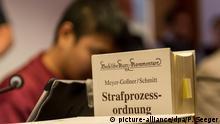 Der Angeklagte Hussein K. sitzt am 05.09.2017 in Freiburg (Baden-Württemberg) im Landgericht im Gerichtssaal hinter einer Ausgabe der Strafprozessordnung. Er ist wegen Mordes an einer Studentin angeklagt. Die Staatsanwaltschaft wirft ihm vor, die 19 Jahre Maria L. im Oktober 2016 angegriffen, gewürgt und vergewaltigt zu haben. Anschließend habe er sie bewusstlos ins Wasser des Flusses Dreisam gelegt, wo sie ertrank. Foto: Patrick Seeger/dpa +++(c) dpa - Bildfunk+++ | Verwendung weltweit