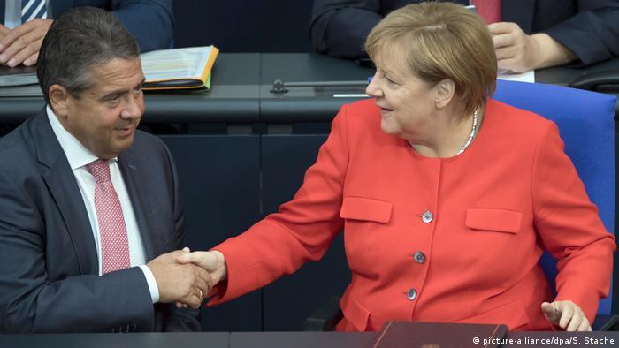 Berlin Bundestagssitzung Gabriel und Kanzlerin Merkel (picture-alliance/dpa/S. Stache)