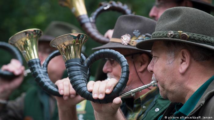 Jäger blasen ins Horn (picture alliance/dpa/R. Jensen)