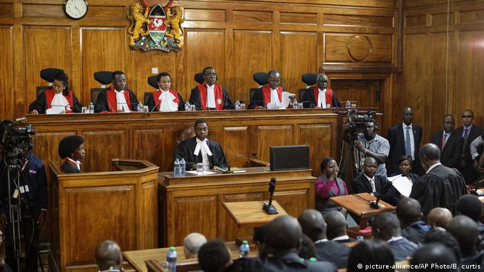 Kenya's Supreme Court delivers the initial verdict on the petition challenging the presidential election result (picture-alliance/AP Photo/B. curtis)