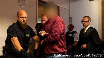 Ο Αφγανός κατηγορούμενος στην αίθουσα του γερμανικού δικαστηρίου στο Φράιμπουργκ