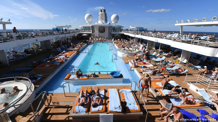 People gathered around a pool on a cruise ship (picture-alliance/dpa/A.Warnecke)