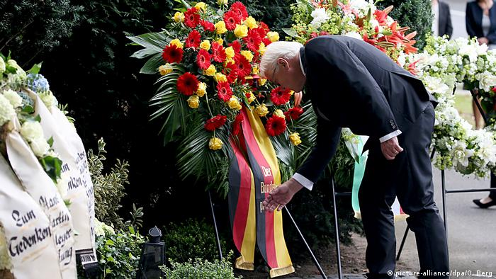 German President Frank-Walter Steinmeier laying a wreath in Cologne to mark the 40th anniversary of the abduction of Hanns Martin Schleyer (picture-alliance/dpa/O. Berg)
