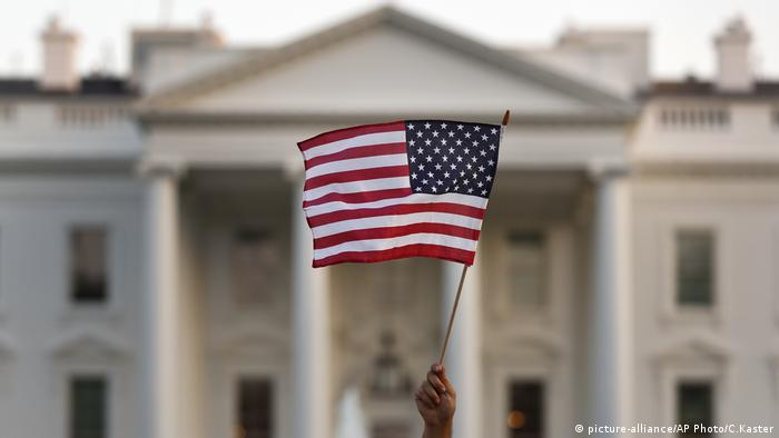 A supporter of the Deferred Action for Childhood Arrivals, or DACA, waves a flag (picture-alliance/AP Photo/C.Kaster)