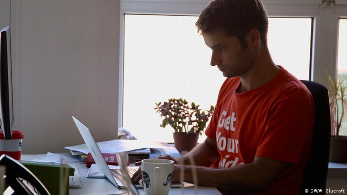 Picture of Johannes Reck, CEO of booking platform GetYourGuide, sitting on his desk