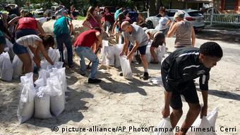 Σακιά με άμμο μοιράζονται δωρεάν από τις αρχές