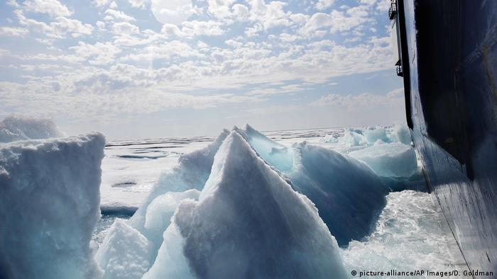 Shards of sea ice in the Arctic (picture-alliance/AP Images/D. Goldman)