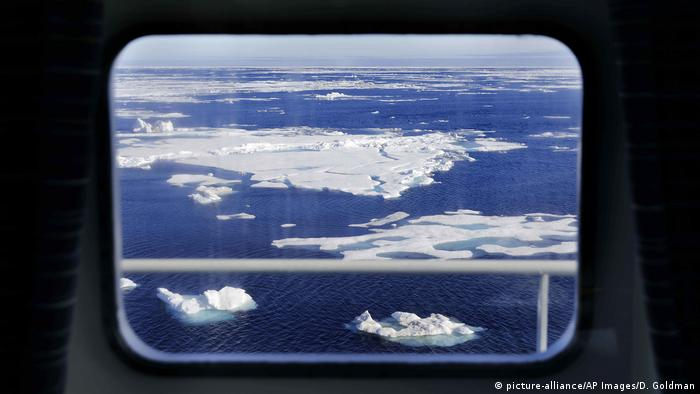 Ice floating on the Chukchi Sea (picture-alliance/AP Images/D. Goldman)