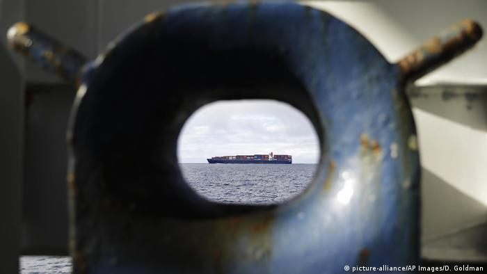 A cargo ship seen in the distance (picture-alliance/AP Images/D. Goldman)