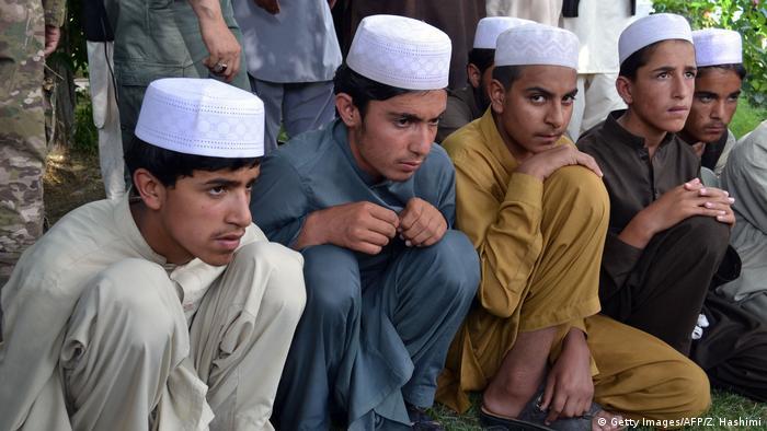 Afghanistan Polizei befreit Kinder aus den Händen der Taliban