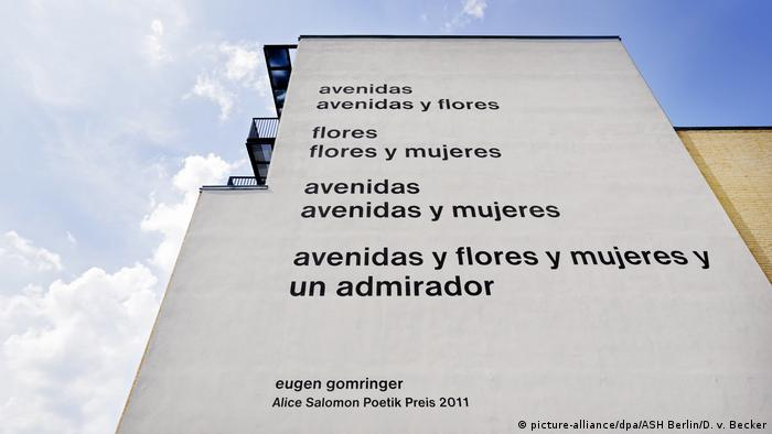 Poema de Eugen Gomrimger na fachada da Alice Salomon Hochschule, em Berlim