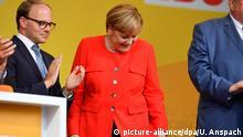 Deutschland Heidelberg - Wahlkampf CDU - Merkel blickt auf Fleck auf ihrer Jacke