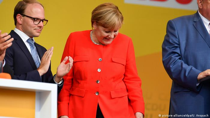 Deutschland Heidelberg - Wahlkampf CDU - Merkel blickt auf Fleck auf ihrer Jacke (picture-alliance/dpa/U. Anspach)