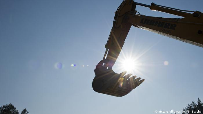 Tjhe silhouette of a crane, photographed against the sunlight (picture-alliance/dpa/S. Stache)