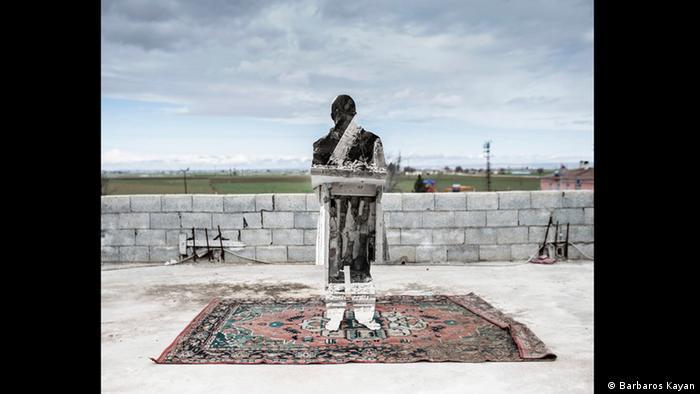 Silhouette of a metal man standing on a carpet (Foto: Barbaros Kayan)