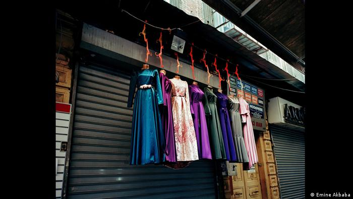 Colorful dresses suspended in front of a closed shop front (Foto: Emine Akbaba)