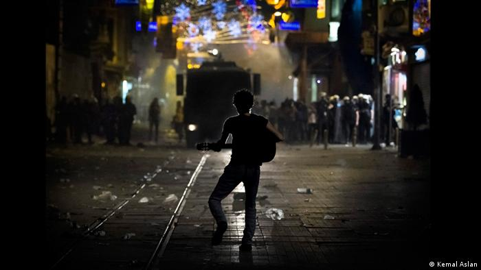 Protestor plays guitar during Gezi protests (Foto: Kemal Aslan)