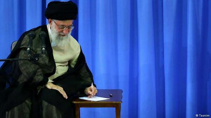 شماری از کنشگران مدنی و سیاسی داخل ایران خواستار استعفای رهبر جمهوری اسلامی و تغییر بنیادین قانون اساسی شدهاند