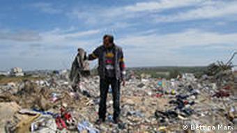 Mann auf den Trümmern seines Hauses in Gaza (Bettina Marx, DW)