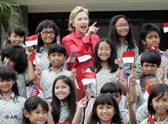 US Secretary of State Clinton with Indonesian schoolchildren
