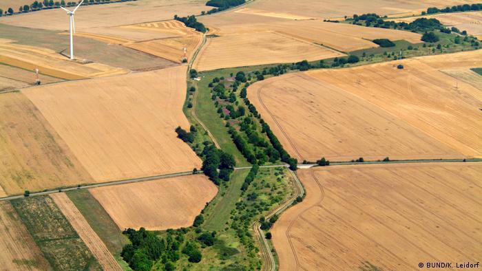 Widok z lotu ptaka na wijącą się wstęgą dawną wewnątrzniemiecką granicę