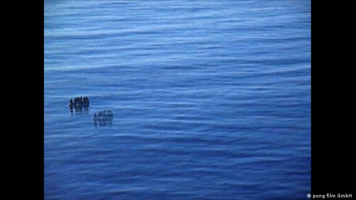 A boat of refugees floats in the sea (pong film GmbH )