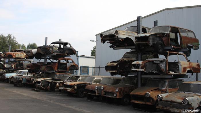 Türme voller Autos warten auf die Restaurierung