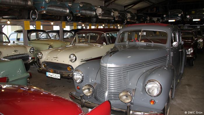 Ab zur UFA. Im Babelsberger Filmstudio wird dieser Opel Kapitän bei der Verfilmung der Burda-Familiengeschichte genutzt