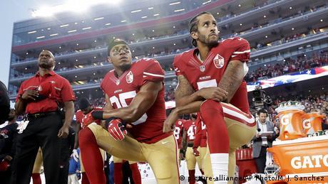 Eric Reid and Colin Kaepernick kneeling (picture-alliance/AP Photo/M. J. Sanchez)