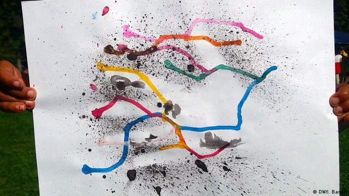 Criança desenhou linhas coloridas com pontos pretos em um papel