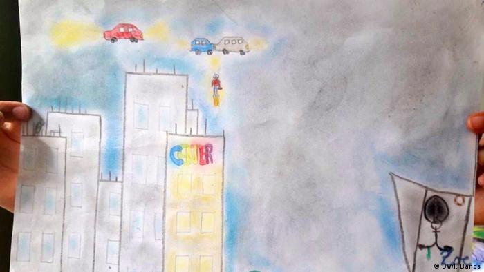 Desenho de criança mostra três carros voadores, céu em tom de cinza e vários prédios altos
