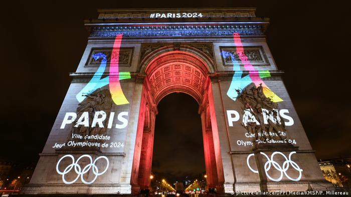 Триумфальная арка в Париже с олимпийской подсветкой