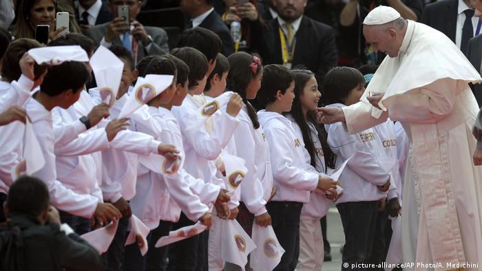 Kolumbien | Ankunft Papst Franziskus in Bogota (picture-alliance/AP Photo/A. Medichini)