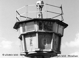 NVA-Wachturm an der Grenze der DDR