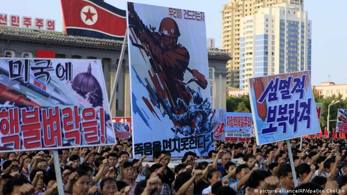 North Korean crowds with propaganda posters (picture-alliance/AP/dpa/Jon Chol Jin)