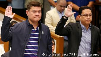 Philippinen Paolo Duterte und Manases Carpio Anhörung im Senat (picture-alliance/AP Photo/B. Marquez)