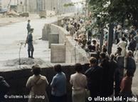Возведение Берлинской стены, фото из архива