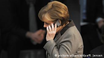 Bundeskanzlerin Angela Merkel Telefonat (picture-alliance/dpa/R. Jensen)