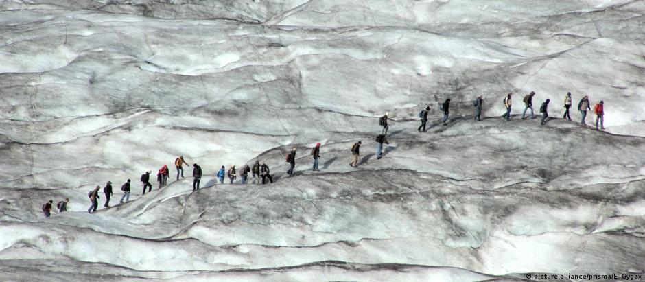 O glaciar de Aletsch, o maior dos Alpes.: permafrost, que mantém as áreas rochosas unidas, está derretendo