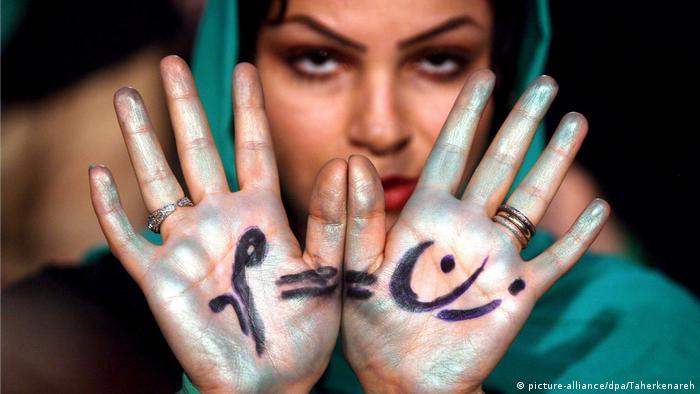 Mussawi-Anhängerinnen demonstriert für Gleichberechtigung (picture-alliance/dpa/Taherkenareh)
