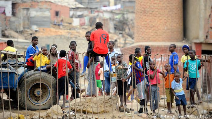Angola Jugendliche & Kinder in Luanda, Boa Vista Slum (Getty Images/AFP/S. de Sakutin)