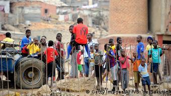 Angola Jugendliche & Kinder in Luanda, Boa Vista Slum (Getty Images/AFP/S. de Sakutin)